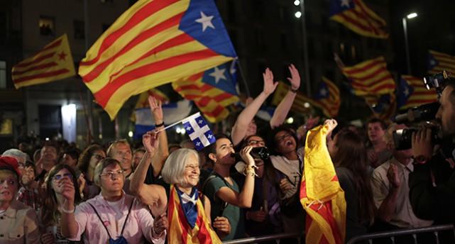 Människor Barcelona viftar med katalanska flaggor.