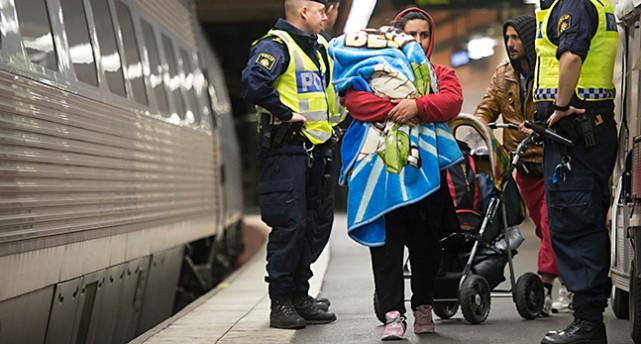 Flyktingar kommer till stationen i Stockholm