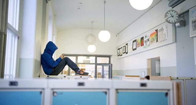 En elev med en mobil.