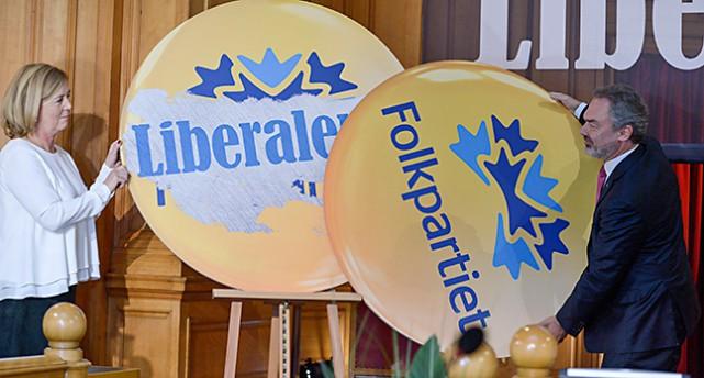 Två skyltar med partiets namn byter plats
