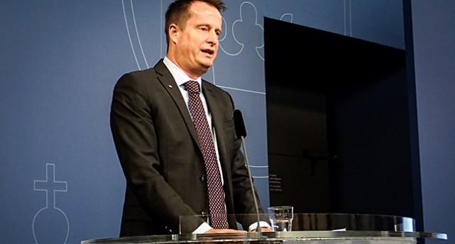Bild på ministern i en talarstol