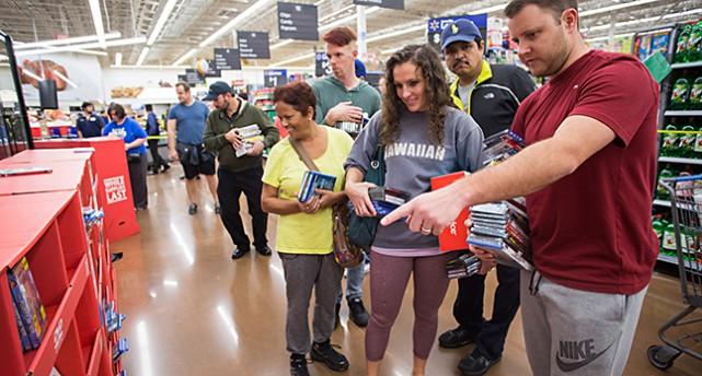 Människor handlar i affär i USA.