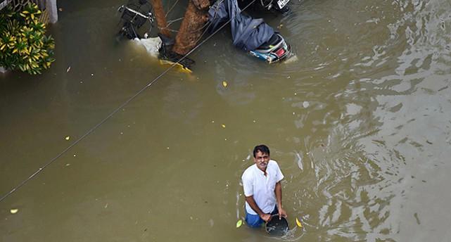 En man står i översvämning.