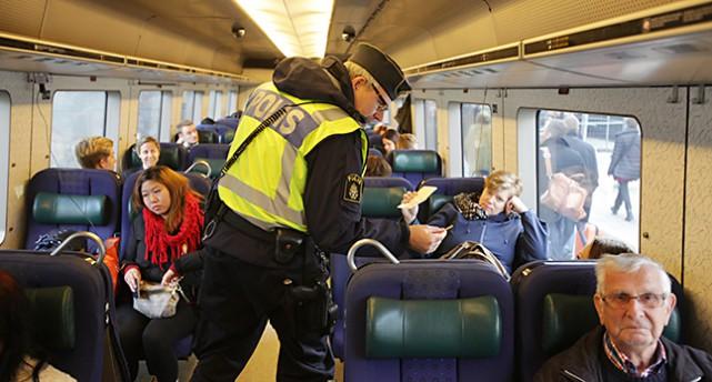 En polis på ett tåg på väg till Malmö.