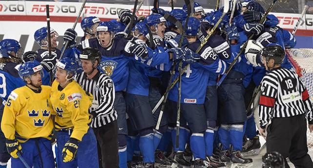 Två ledsna svenskar framnför många glada finländska spelare