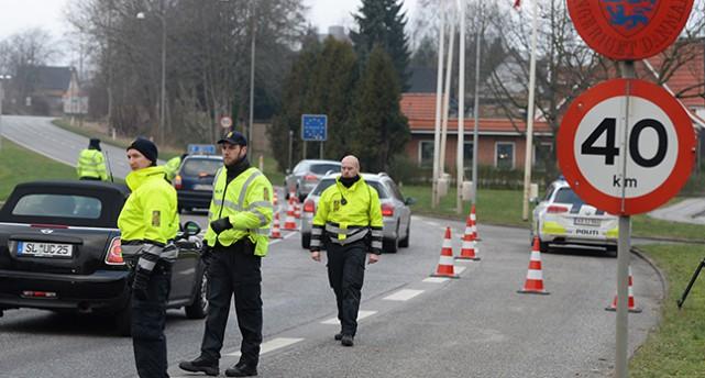 Danska poliser stoppar bilar