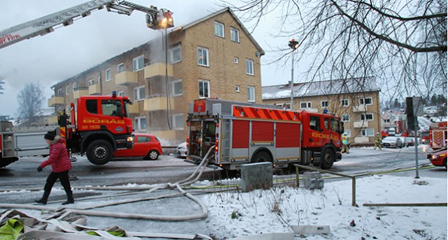 Brandbilar utanför ett hus som brunnit i Borås.
