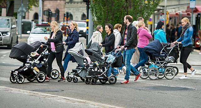 Föräldrar med barnvagnar.
