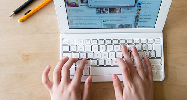 Ett par händer som skriver på en bärbar dator.