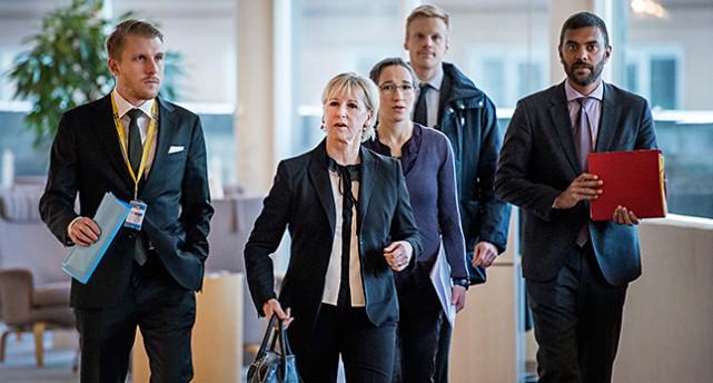Margot Wallström kommer till riksdagen med sina medhjälpare
