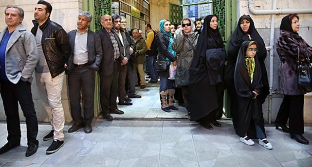 En kö av människor som ska rösta i Iran.
