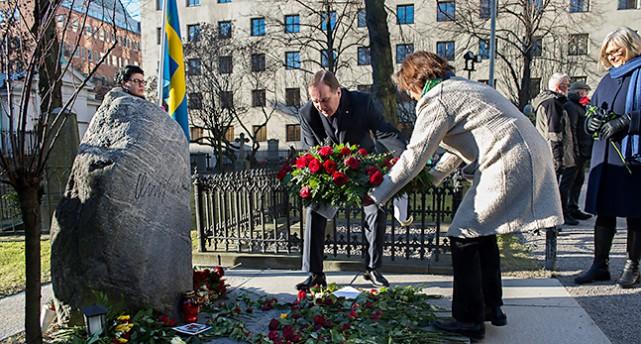 Statsminister Stefan Löfven vid Olof Palmes grav.