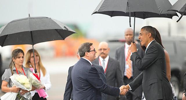 President Obama och Michelle Obama hälsar på Kubas utrikesminister.