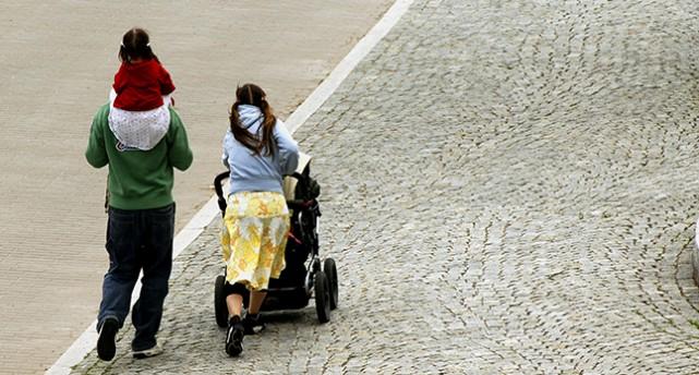 En barnfamilj går på en gata.