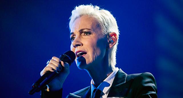 Marie Fredriksson sjunger.