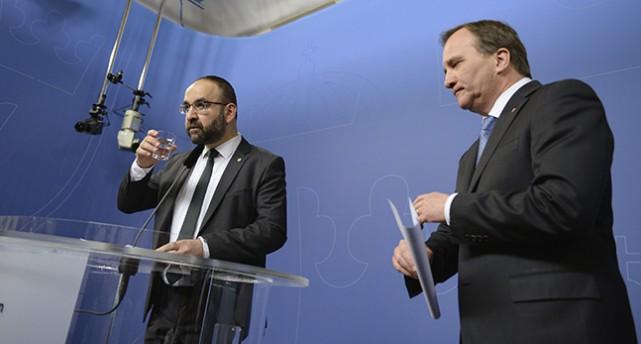 Kaplan och Löfven står en bit ifrån varandra vid en talarstol.