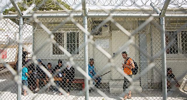 Ett hus som föreställer ingången till ett flyktingboende. I förgrunden i bilden ser vi stängslet framför huset.