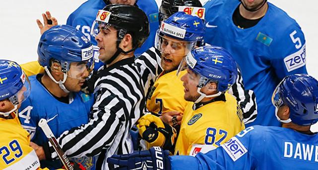 Hockeyspelare från Sverige och Kazakstan bråkar med domaren på isen.