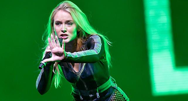 Zara Larsson uppträder.