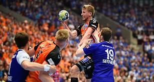 Olafur Gudmundsson från Kristianstad hoppar upp över de andra spelarna med bollen.