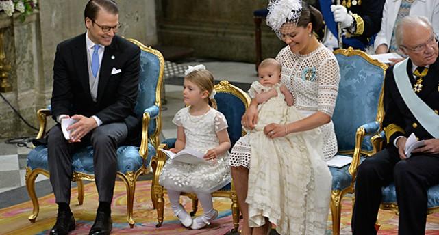 Daniel, Estelle och Victoria med Oscar i famnen under ceremonin i kyrkan.
