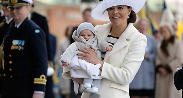 Prins Oscar i famnen på kronprinsessan Victoria.