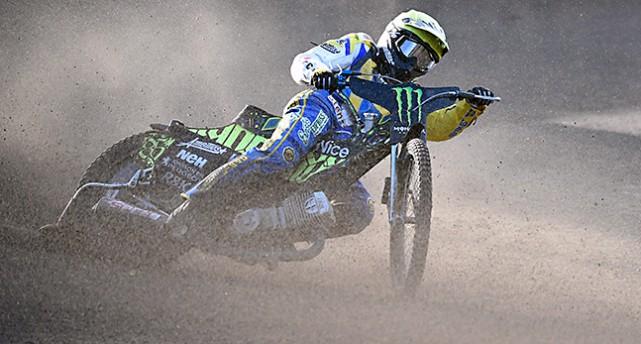 Antonio Lindbäck på sin motorcykel lutar sig i en kurva.
