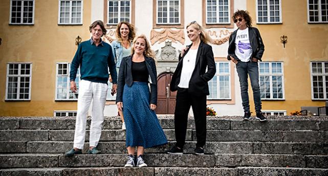 Johannes Brost, Sofia Ledarp, Lia Boysen, Gunnel Fred och Magnus Uggla står på en stentrappa framför Ericsbergs slott.