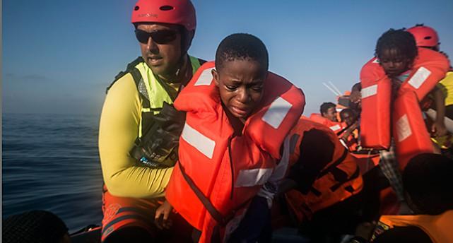 En har räddats från Medelhavet och hjälps i land as