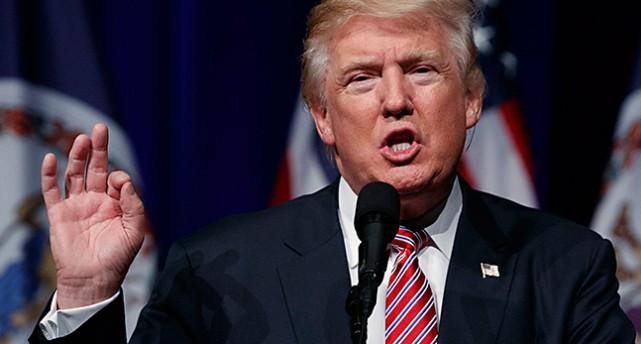 Donald Trump pratar och ser arg ut