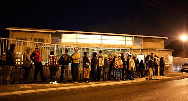 Människor i kö utanflör en vallokal