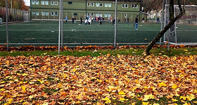 Barn spelar fotboll på en skolgård