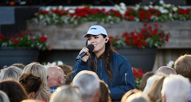 Miriam Bryant sjunger bland publiken på Skansen