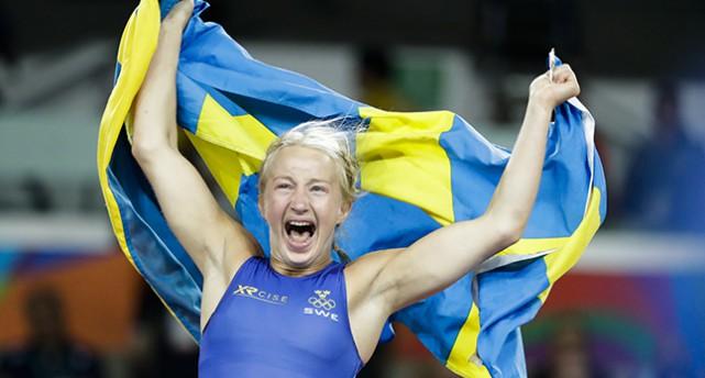 Sofia Mattson lyfter en svensk flagga och jublar