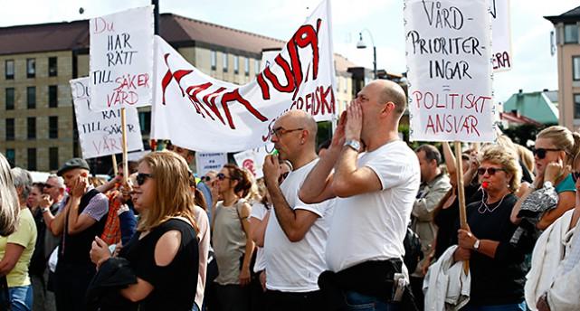 Vårdpersonal demonstrerar