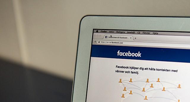 En datorskärm där Facebook syns.