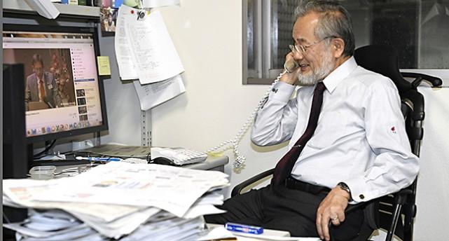 Yoshinori Ohsumi talar i telefon