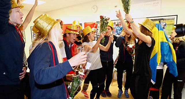 Linköpings damer firar med hattar i guld och blommor.