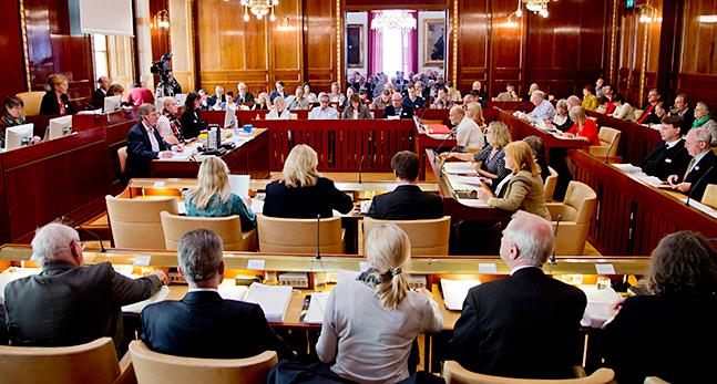 Bilden visar politiker som sitter på rader i en stor sal.