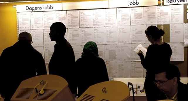 """Människor framför en vägg med platsannonser. Överst på väggen står rubriken """"jobb""""."""
