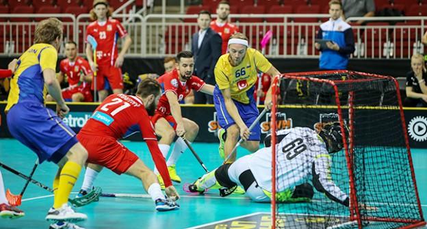 Rasmus Sundstedt med bollen i matchen mot Tjeckien. Foto: TT