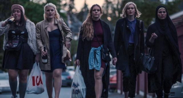 Fem tjejer i serien Skam går på en gata.