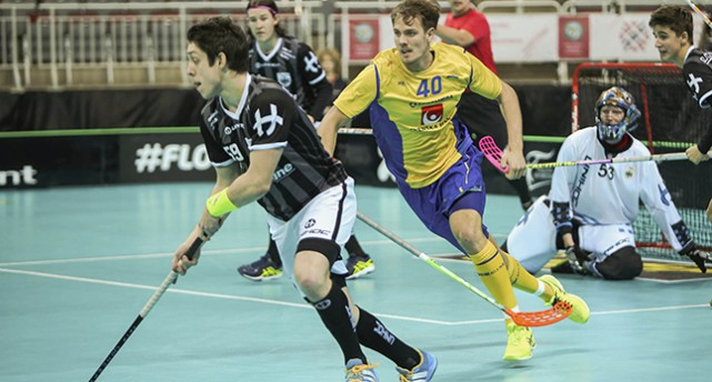 Sveriges Rikard Eriksson jagar Tysk spelare