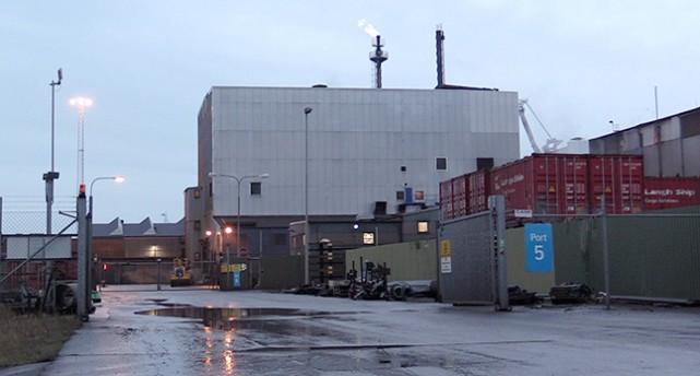 Bild på en stor vit fabrik