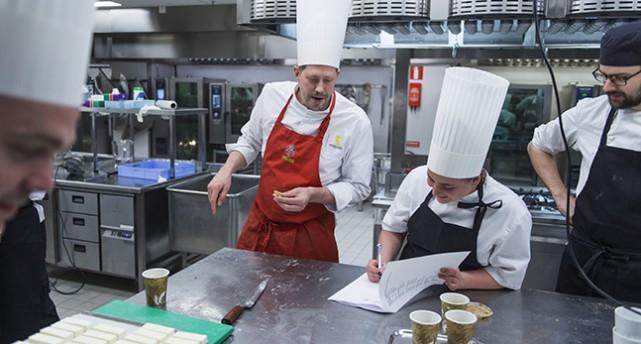 Två kockar står i ett stort kök