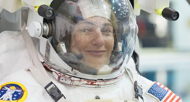 Jessica Meier i rymddräkt.