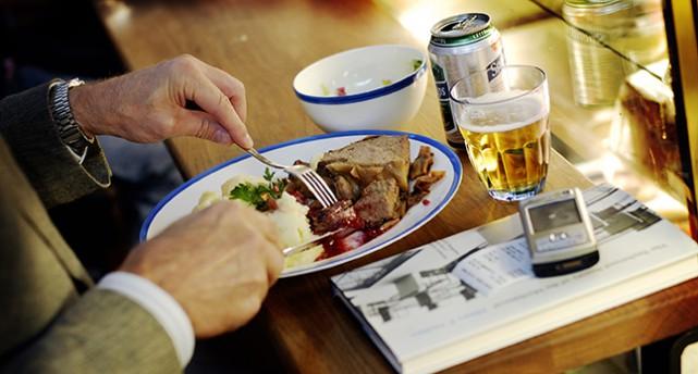 En person äter en tallrik med husmanskost.