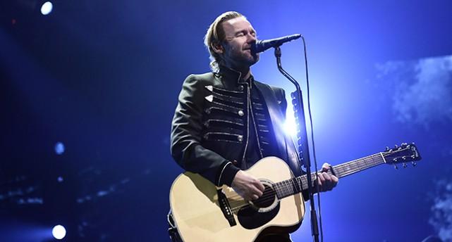 Jocke Berg ensam med gitarr och mikrofon.