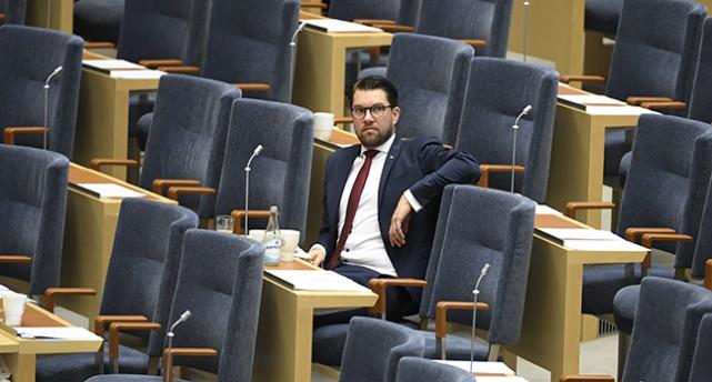 Jimmie Åkesson sitter på sin plats i riksdagen.