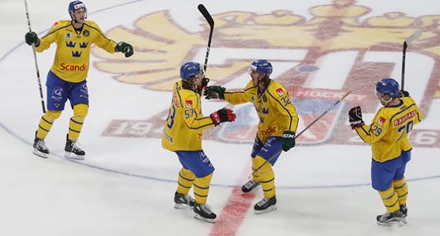 Fyra spelare i Tre Kronor jublar på isen.
